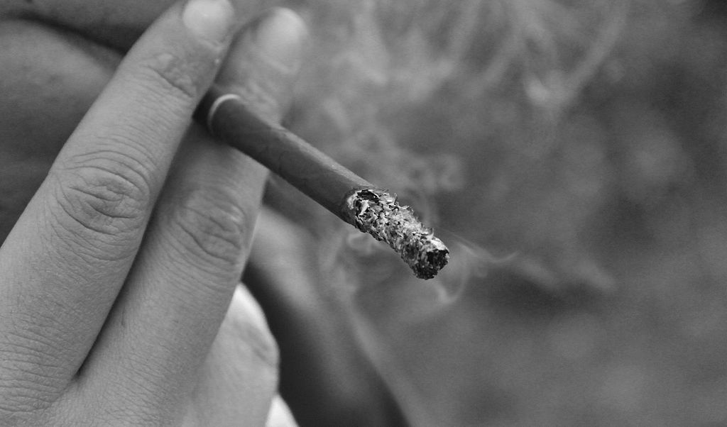 1024px-Smoking_in_black_and_white