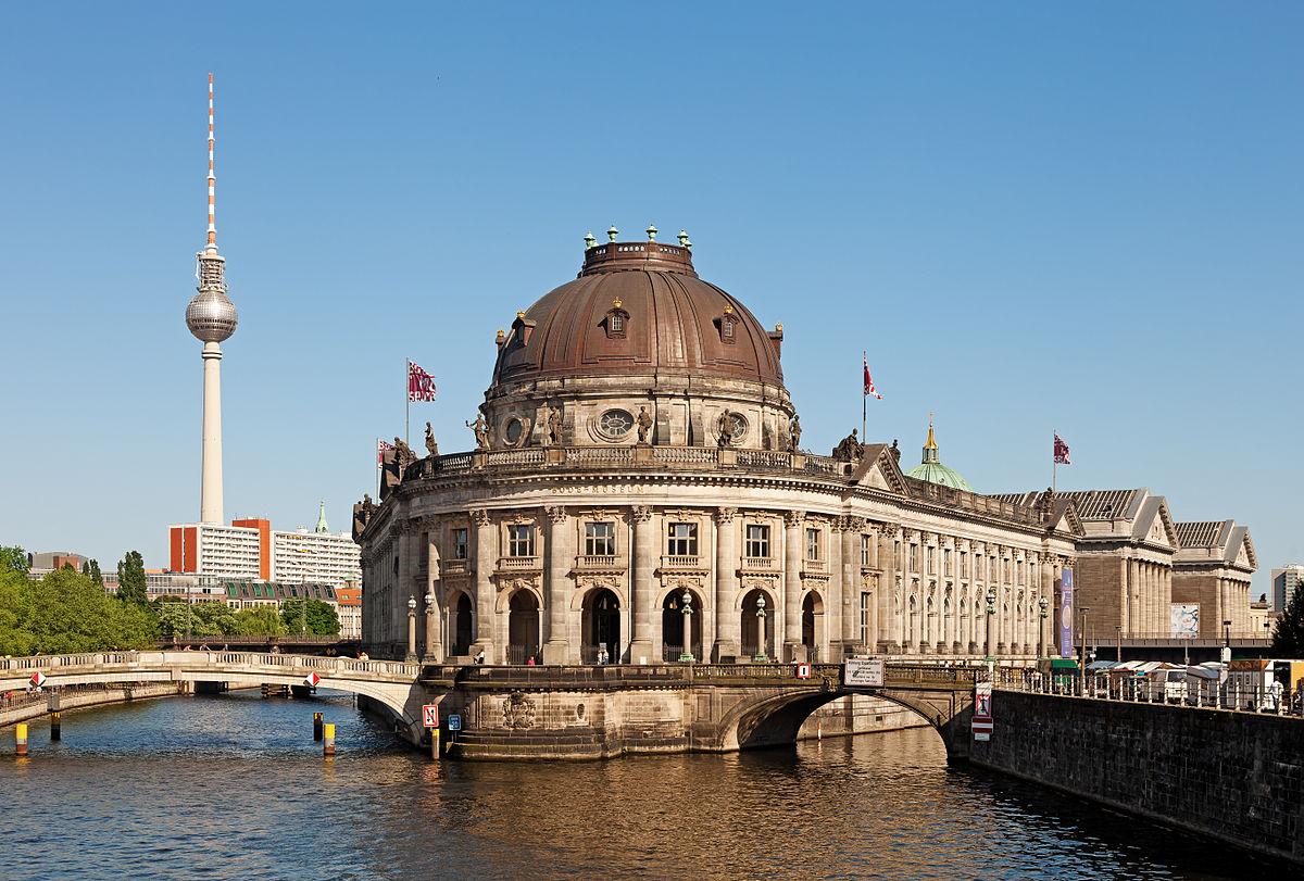 1200px-Berlin_Museumsinsel_Fernsehturm