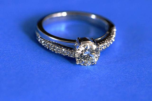 640px-Diamond_ring_by_Koshyk
